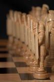 El ajedrez blanco está en un tablero de ajedrez Fotografía de archivo