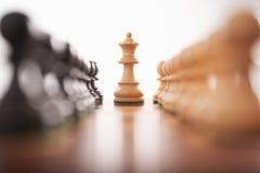 El ajedrez dos filas de empeños con el rey blanco se centra Foto de archivo