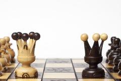 El ajedrez dos filas de empeños con el rey desafía el centro Fotografía de archivo