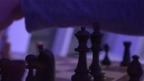 El ajedrez en tablero de ajedrez almacen de video