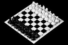 El ajedrez es un juego antagónico de la lógica antigua popular del tablero con los pedazos blancos y negros especiales, en un tab foto de archivo libre de regalías