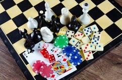 El ajedrez y otros accesorios del juego Imágenes de archivo libres de regalías