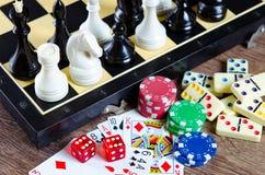 El ajedrez y otros accesorios del juego Imagenes de archivo