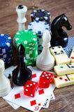 El ajedrez y otros accesorios del juego Imagen de archivo libre de regalías