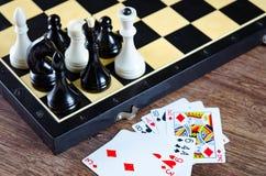 El ajedrez y otros accesorios del juego Foto de archivo libre de regalías