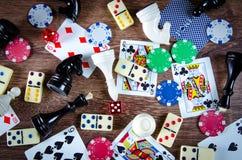 El ajedrez y otros accesorios del juego Fotografía de archivo