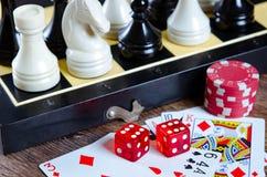 El ajedrez y otros accesorios del juego Fotos de archivo