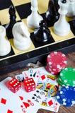El ajedrez y otros accesorios del juego Fotografía de archivo libre de regalías