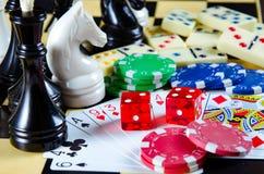 El ajedrez y otros accesorios del juego Fotos de archivo libres de regalías
