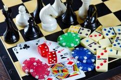 El ajedrez y otros accesorios del juego Foto de archivo