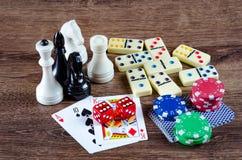 El ajedrez y otros accesorios del juego Imagen de archivo