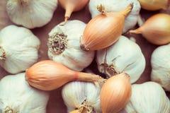 El ajo y las cebollas orgánicos frescos se cierran para arriba, concepto limpio de la consumición Foto de archivo libre de regalías