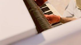 El ajustador monta un piano en la calle surrealism metrajes