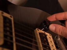 El ajustar del instrumento musical Imagen de archivo libre de regalías