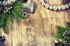 El ajuste de la Navidad con las decoraciones y el abeto retros ramifica Foto de archivo libre de regalías