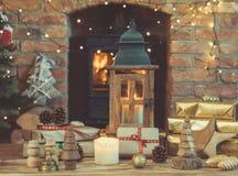 El ajuste de la Navidad, linterna, adornó la chimenea, árbol de la piel Imagen de archivo