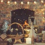 El ajuste de la Navidad, linterna, adornó la chimenea, árbol de la piel Fotografía de archivo libre de regalías