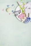 El ajuste de la tabla de Pascua con la placa, los cubiertos, la servilleta del tapetito del cordón, las flores de los jacintos y  Fotos de archivo libres de regalías