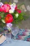 El ajuste de la tabla en estilo del vintage se adorna con las flores Fotografía de archivo libre de regalías
