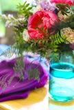 El ajuste de la tabla en estilo del vintage se adorna con las flores Imágenes de archivo libres de regalías