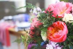 El ajuste de la tabla en estilo del vintage se adorna con las flores Imagen de archivo