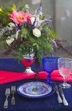 El ajuste de la tabla en estilo del vintage se adorna con las flores Imagen de archivo libre de regalías