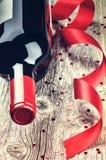 El ajuste de la tarjeta del día de San Valentín del St con la botella de vino rojo Imagen de archivo