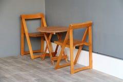 El ajuste de madera de la tabla y de la silla para sienta y bebe el café en el m imágenes de archivo libres de regalías