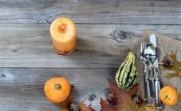 El ajuste del servicio de mesa para el Día de Acción de Gracias del otoño en rústico corteja Fotos de archivo libres de regalías