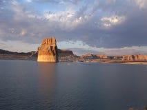 El ajuste del sol en el lago powell, Utah