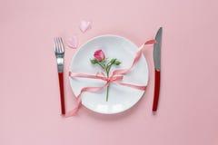 El ajuste festivo de la tabla con los cubiertos, poco subió y los corazones en el pi Imágenes de archivo libres de regalías