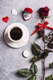 El ajuste romántico de la tabla de cena del día de tarjetas del día de San Valentín me casa anillo de compromiso de la boda Imagen de archivo libre de regalías