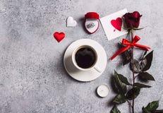 El ajuste romántico de la tabla de cena del día de tarjetas del día de San Valentín me casa anillo de compromiso de la boda Fotografía de archivo