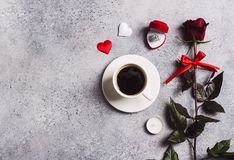 El ajuste romántico de la tabla de cena del día de tarjetas del día de San Valentín me casa anillo de compromiso de la boda en ca Fotografía de archivo