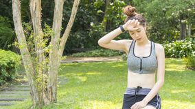 El ajuste sano del deporte lindo asiático y la sensación adolescente delgada firme de la muchacha cansaron Foto de archivo