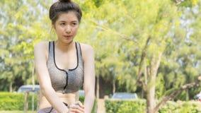 El ajuste sano del deporte lindo asiático y la sensación adolescente delgada firme de la muchacha cansaron Imagen de archivo libre de regalías
