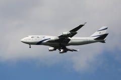 EL Al Boeing 747, der für die Landung an internationalem Flughafen JFK in New York absteigt Lizenzfreies Stockfoto