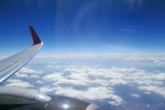 El ala del avión contra las nubes imagen de archivo libre de regalías