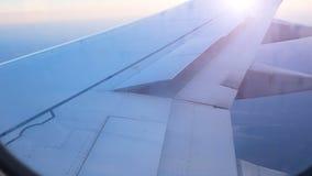 El ala del avión de pasajeros aumenta aletas para prepararse para aterrizar almacen de metraje de vídeo