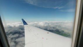 El ala del avión durante el vuelo de la ventana almacen de video