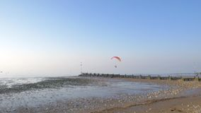 El ala flexible accionada vuela sobre la costa Siga el tiro almacen de video