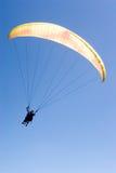 El ala flexible vuela en el azul Fotos de archivo libres de regalías