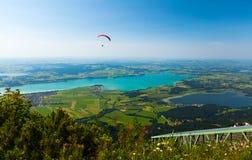 El ala flexible vuela sobre el valle verde Imagen de archivo libre de regalías