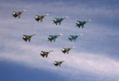 El ala táctica en el grupo de los combatientes SU-34, SU-30SM y SU-35 vuela durante el desfile en el cielo sobre Plaza Roja fotos de archivo