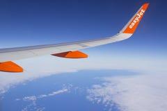 El ala y las aletillas de un avión de pasajeros comercial de Airbus A320 con un logotipo de la compañía mientras que en vuelo Fotografía de archivo