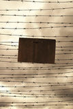El alambre de púas y la prohibición firman como símbolo para la libertad o la prisión Foto de archivo libre de regalías