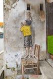 El alcanzar encima de arte de la calle en George Town Fotos de archivo libres de regalías