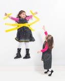 El alcanzar para la muchacha en la pared Fotografía de archivo libre de regalías