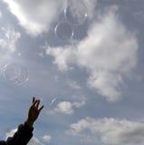 El alcanzar para las burbujas Imagen de archivo
