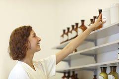El alcanzar para los ingredientes de la droga Fotografía de archivo libre de regalías